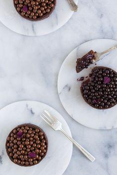 Brombærtærter med chokoladeperler og brombærganache