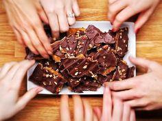 Door wat crackers op een ovenplaat te leggen maak je een superlekkere traktatie! Zeker het proberen waard! - Zelfmaak ideetjes