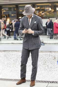 Also happy to see the double breasted suit making a comeback…. Mens Fashion Blog, Best Mens Fashion, Dope Fashion, Costume Gris, Street Style 2014, Pitta, Desert Boots, Suit And Tie, Double Breasted Suit
