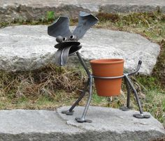 My brother, Mr. Artsy-Fartsy, would love it. Will have to schmooz and… Welding Crafts, Welding Projects, Welding Supplies, Welding Ideas, Metal Yard Art, Scrap Metal Art, Metal Welding, Welding Art, Junkyard Dog