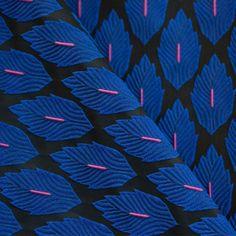 """Tissu """"Jacquard Feuilles d'automne"""" (Bleu électrique & Noir & rose) PRETTY MERCERIE • Jacquard 100% Polyester • Laize 145 cm • Densité 360 g/ml • Lavage à la main uniquement • Vendu au mètre 17,40 €"""
