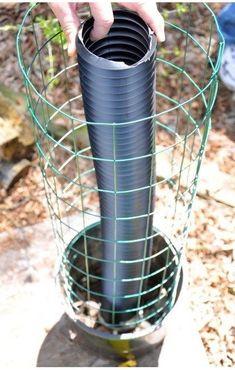 Han gräver ner ett plaströr i en kruka: här är en lysande idé för att ha frodiga växter - TittaPaVideon.se
