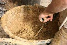 Le torchis terre/paille est un enduit économique et très isolant sur un mur en pierres, en terre... mais aussi, étonnament, sur des matéraiux modernes. A réaliser à la bétonnière ou au malaxeur, pour une facilité accrue !