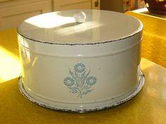 A lovely vintage cornflower design, cake carrier. Vintage Bread Boxes, Vintage Cake Plates, Vintage Tins, Vintage Dishes, Vintage Pyrex, Vintage Style, Corningware Vintage, Vintage Enamelware, Vintage Kitchenware