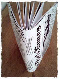 Caderno capa flex�vel em tecido tema jornal com costura Romanesca. <br>120 folhas com pauta ideal para anota��es do dia a dia.