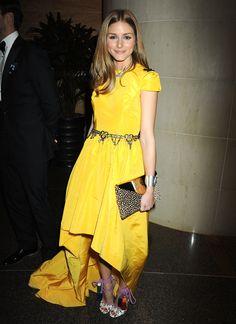 Bello vestido amarillo con cinturón en pedrería