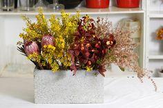 Deixar a casa bonita é fácil: basta ter flores e um bloco de concreto