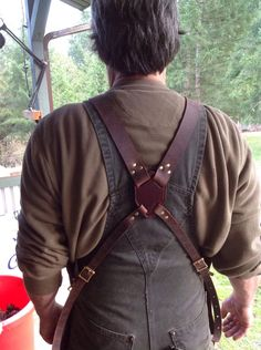 Cross over straps and brass buckles with adjustment. Wide shoulder straps for long days wearing it.