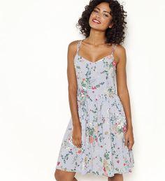 Sukienka w kwiaty na cienkich ramiączkach