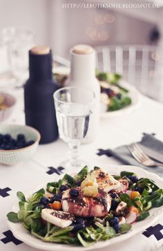 Ein echtes Highlight auf der Dinner-Tafel: der Salat mit Camenbert im Speckmantel.