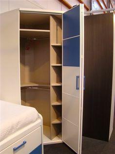 Detalle de la puerta plegable e interior armario rincón.