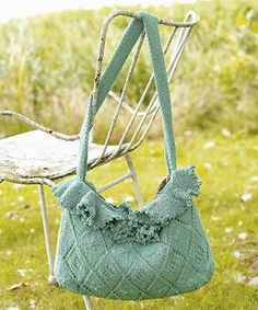 Knit a frilled bag: free pattern: What a perfect thing for a little mini picnic with a friend! Classy AND cute!