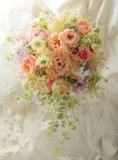 春のブーケ ザ・リッツ・カールトン東京様へ アプリコットピンクのジュリエット : 一会 ウエディングの花