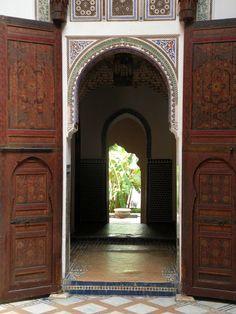 https://flic.kr/p/8jBhgd   Forbidden pictures   Dar Jamai, voormalig vizierspaleis in Meknes, Marokko. Nu een museum. Het was ten strengste verboden binnen te fotograferen. Een aardige bewaker stond mij echter toe foto's te maken en bracht ons zelfs op plekken, die normaal niet voor publiek geopend waren, zoals de hammam. De twee pubermeiden, die mij vergezelden mochten zelfs voor de foto op een troon gaan zitten!