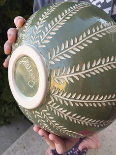 C'est un grand bol, bon comme un bol de service ou pour la tenue des fruits. Ou bien pour la crème glacée. Je ne juge pas. :) Il a été décoré à l'extérieur d'un engobe turquoise foncé qui a été sculpté de suite dans un modèle de fougère pour révéler la couleur blanche naturelle de l'argile en dessous, un processus appelé sgraffito. Ses près de 9 pouces de diamètre et un peu plus de 3 pouces de hauteur. Il tient confortablement 42 onces liquides. Toutes mes pièces