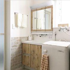 サニタリーだって可愛くしたい! 木の枠の鏡がある洗面台に憧れて 我が家のなんてことない普通の洗面台を簡単リメイクしました♩ 難しい作業は一切なし!の私なりのリメイク方法をご紹介します♩