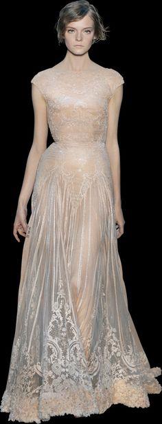 Elie Saab Haute Couture. Un peu trop transparente et trop rose pour un mariage (mais surtout hors-budget !). Les broderies sont superbes