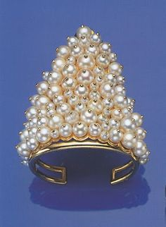 Suzanne Belperron yellow gold and pearl #bracelet for the Duchess of Windsor. #pearls