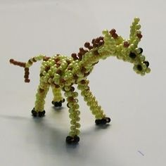 Free detailed tutorial with step by step photos on how to make a giraffe out of seed beads and wire in the technique of 3D beading. Great for beginners!