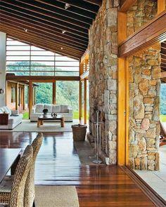 Casa de campo com grandes janelas e paredes de tijolo