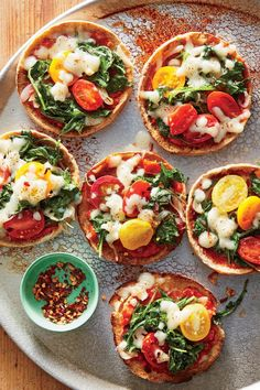 1705 Mini Mozzarella-and-Kale Pita Pizzas Vegan Recipes Videos, Vegetarian Recipes Dinner, Vegan Recipes Easy, Cooking Recipes, Italian Recipes, Diet Recipes, Hash Browns, Sin Gluten, Pita Pizzas