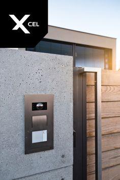 Modern fence made of wood and architectural concrete. By Xcel.   Nowoczesne ogrodzenie Xcel z betonu architektonicznego i drewna.