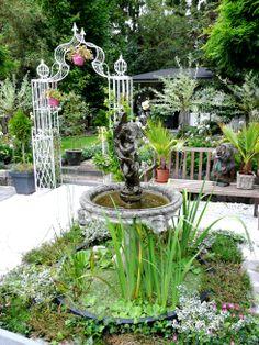 fontein met vijvertje voor de extra sfeer in de tuin, het geluid van spetterend water is heerlijk tijdens de hete zomerdagen!