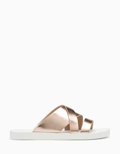 Bei Stradivarius findest du 1 Schuhe mit Metallic-Effekt Sport für Damen für nur 19.95 € . Schau jetzt rein und entdecke es zusammen mit mehr ALLE.