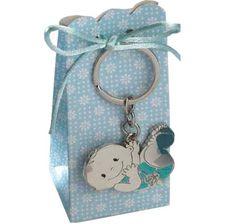 Detalles para bautizo Llavero metal bebé chupete. Se presenta en caja semi-alta tonos azules, con 5 peladillas de chocolate, cola de ratón a tono y tarjeta personalizada, nombre y fecha del evento.