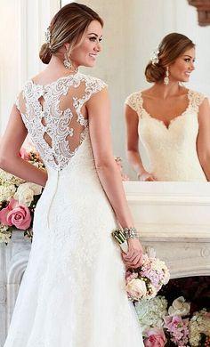 Mooie rug en decollete, mouwtjes mogen langer.  Charming back of the lace wedding dress!