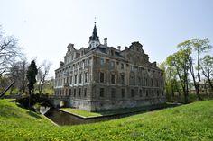 Inne pałace gałęzi rodu Hochbergów to Roztoka ok 10 km od Jawora i tyle samo od Strzegomia. Barokowy pałac ma kształt czworoboku z wewnętrznym dziedzińcem i otoczony jest malowniczą fosą. Ponad bryłę wystaje wieża.