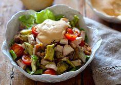 Salada de frango com abacate, tomate e molho rosê de iogurte