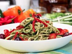 Raw vegan puttanesca sauce over zucchini pasta. interesting, to try when I get my hands on a spirooli Detox Recipes, Raw Food Recipes, Gourmet Recipes, Pasta Recipes, Healthy Recipes, Recipes Dinner, Delicious Recipes, Zuchinni Pasta, Zucchini Noodles With Pesto