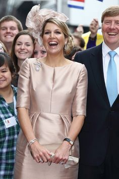King Willem-Alexander and Queen Maxima of The Netherlands pose with students of the Wilhelms University at 'Haus der Niederlande' on May 2014 in Muenster, Germany. The Royal couple is on a two-day visit to Germany. Without the hat! Hollywood Fashion, Royal Fashion, Hollywood Actresses, Queen Maxima, Classy Outfits, Formal Wear, Mother Of The Bride, African Fashion, Dress Skirt