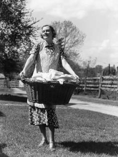 Photographic Print: Woman Wearing Apron, Carrying a Wicker Basket of Clean Laundry Outdoors by H. Vintage Pictures, Old Pictures, Old Photos, 1940s Photos, What A Nice Day, Vintage Housewife, Vintage Laundry, Labor, Photoshop