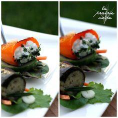 Griechische Vorspeisenlöffel. Gefülltes Weinblat mit Salat und gebratene Paprika, gefüllt mit Tsatsiki, und noch mehr Salat.