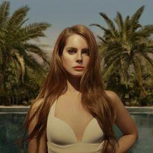 """Lana Del Rey - Lana ha ottenuto un incredibile successo di pubblico e critica per le sue performance dal vivo ad alcuni dei più importanti festival quest'estate. Il Guardian ha scritto """"con classe da film noir, la sua voce è raffinata e il suo carisma decisamente fuori d..."""
