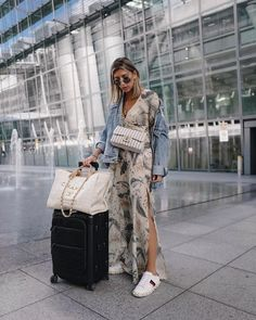 London calling ✖️ happy to be back for one night 🔥 *anzeige Fashion Dictionary, Chanel, Fashion Poses, Women's Fashion, Street Style Summer, Casual Look, Red Carpet Dresses, Fashion Studio, Look Cool