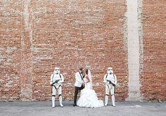 """Se você é fã da série de filmes """"Star Wars"""" vai pirar com este casamento temático. Ele foi todo inspirado nas histórias de George Lucas, com direito a Princesa Leia como dama de honra e um mini Exército dos Clones como escolta, gente - muito, muito, muito amor. Os noivos Jennifer e Joshua"""