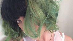 Katy Perry and Taylor Swift have this epic-and-unspoken-but-everyone-knows-it's-them pop diva feud. While Perry and Swift are throwing shade, Perry's real battle has zero to do with music and everything to do with hair and style. Katy Perry dyed her… Green Hair Dye, Green Hair Colors, Dye My Hair, New Hair, Short Dip Dye Hair, Hair Colour, Green Hair Streaks, Short Green Hair, Ombre Green