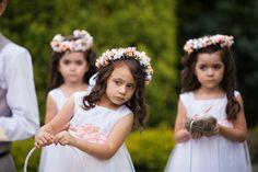 Daminhas segurando as aliancas no casamento de dia em curitiba