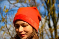 You will learn how to sew a simple hat in this article. Buy a sewing pattern online for the hat. Sewing Elastic, Orange Grey, Sewing For Beginners, Learn To Sew, Blue Fabric, Pattern Paper, Beanie Hats, Ranger, Sewing Patterns