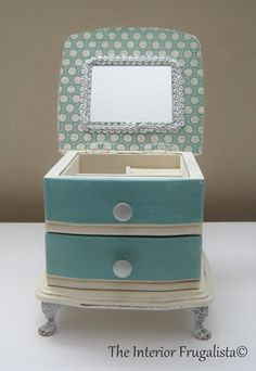 This cute little jewelry box had seen its better days when I found her on the thrift store shelves. Come see what she looked like before her makeover!