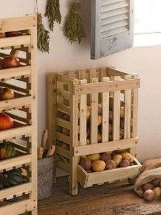potato bin made from reclaimed wood pallets Potato Storage Bin, Potato Bin, Potato Basket, Diy Pallet Projects, Home Projects, Pallet Ideas, Diy Home, Home Decor, Diy Casa
