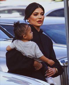 Kylie Jenner y Stormi Scott Jenner Mode Kylie Jenner, Trajes Kylie Jenner, Kylie Jenner Makeup, Kylie Jenner Outfits, Khloe Kardashian Dress, Estilo Kardashian, Kardashian Jenner, Kardashian Kollection, Travis Scott Kylie Jenner