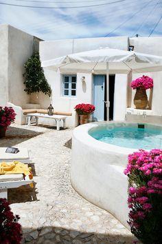 Preciosa terraza con jacuzzi de obra en una casa griega. El contraste simple de colores le da un toque pictórico al conjunto. #terrazas #rusticas #decoracion