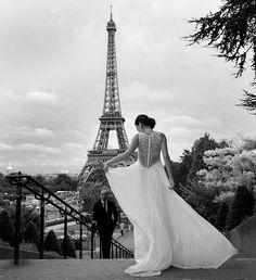 A bit cloudy, a bit rainy but very inspiring wedding in Paris #philarty #artyLove #wedding #weddingphotographer #blackandwhite #свадебноеплатье #свадебныйфотограф #свадьба #Париж #эйфелевабашня #toureiffel #eiffeltower #weddingphotography #bridebook #brides #чб #чбфото #weddingdress