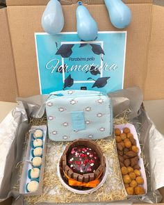 Box party: tutorials and 80 ideas for you to make your own - Birthday FM : Home of Birtday Inspirations, Wishes, DIY, Music & Ideas Birthday Candy, Birthday Box, Cake Frame, Personalised Cupcakes, Cute Minions, Box Cake, Crepe Paper, Covered Boxes, Sweet Memories