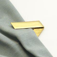 1/2 Buenos días! Empezamos la semana enseñandoos más piezas de la nueva colección!  Como el #Broche Fold, con varias posiciones y formas de llevarlo. Muy funcional y con un toque masculino que nos encanta! Latón con baño en #oro ✴ ✴ ✴ morning! We start this week showing you new #pin #brooch fold! It has different positions and a male inspiration we realy love! #gold plated #brass http://www.lepagon.com/broche-fold_79.htm #LePAGoN #joyas #Madrid #handmade #jewelry #design #minimal #bijoux