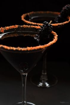 Channel your inner witch this Halloween season and serve a deliciously dangerous Black Devil Martini to your party guests! Halloween Cocktails, Soirée Halloween, Halloween Treats, Halloween Season, Halloween Food For Adults, Halloween Cupcakes, Halloween Costumes, Slushies, Cocktail Drinks